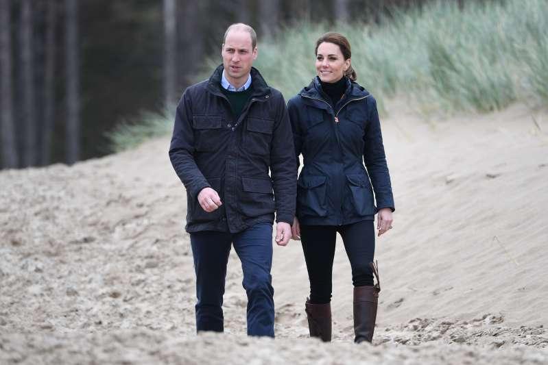 Kate demostró cómo lucir casual al estilo de la realeza con un anorak color azul marino