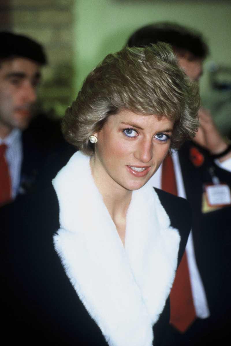 Olhar sombrio: O verdadeiro motivo pelo qual Diana curvava a cabeça em público