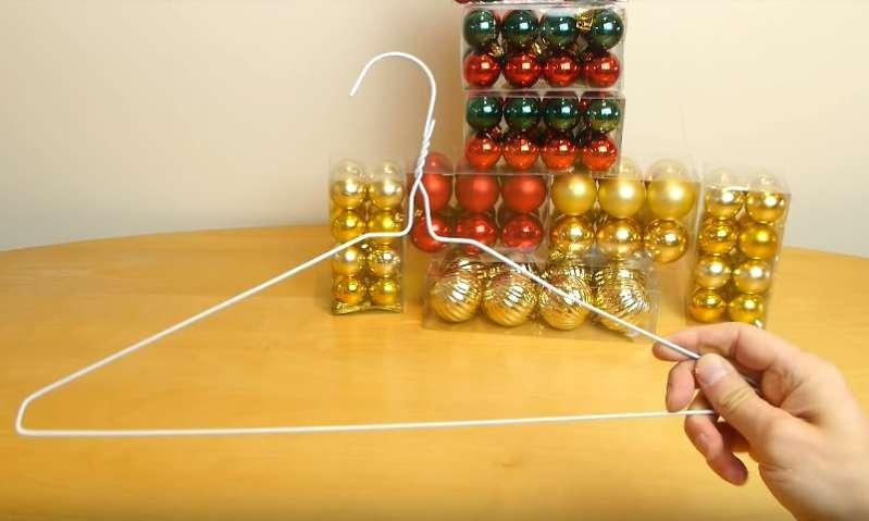 Guirlande maison : comment transformer un vieux cintre en une splendide guirlande de Noël
