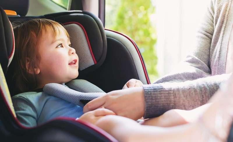 Les parents doivent être conscients du danger : un bébé décède dans un siège auto posé sur un lit durant sa sieste