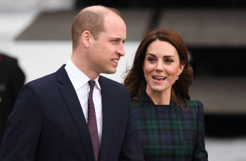 Prinz Harry verliert die Geduld und weist einen Kameramann in die Schranken, nachdem dieser Meghan zu nahe gekommen ist