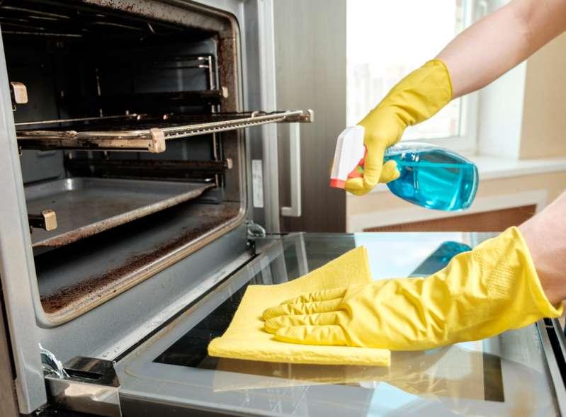 Metodi di pulizia infallibili per far tornare il forno all'antico splendore