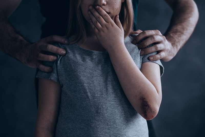Une jeune fille a dénoncé son beau-père responsable de la grossesse de sa sœur de 14 ans et d'abus sur sa mère