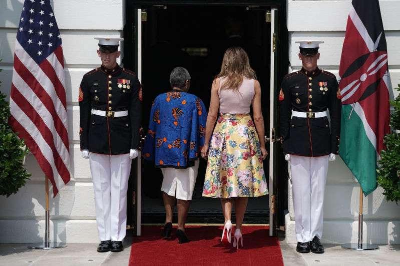 Одна маленькая деталь в образах Мелании Трамп, которая делает ее ультрамоднойОдна маленькая деталь в образах Мелании Трамп, которая делает ее ультрамоднойmelania trump red feet