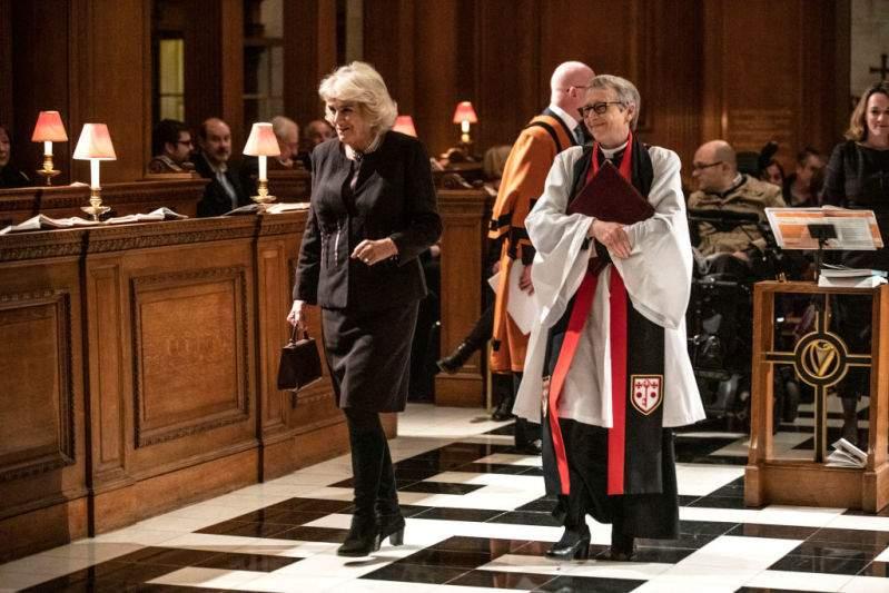 La duchesse de Cornouailles tirée à quatre épingles dans une tenue noire chic et des bottes élégantes