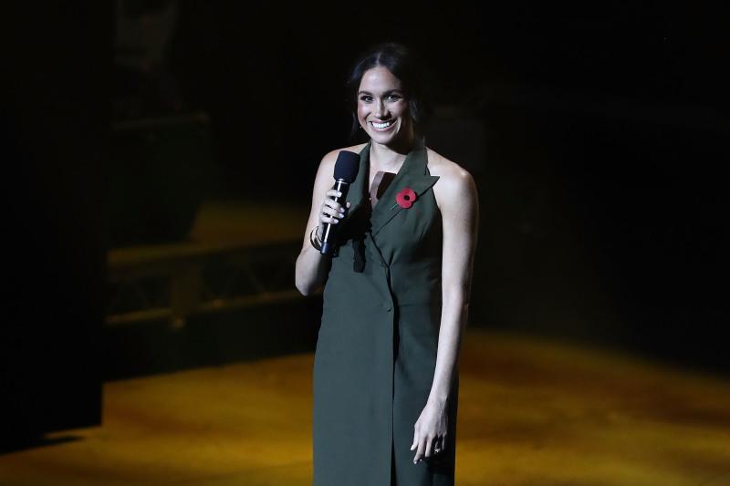Meghan Markle affiche ses jambes incroyablement fines dans une robe Tuxedo très courte