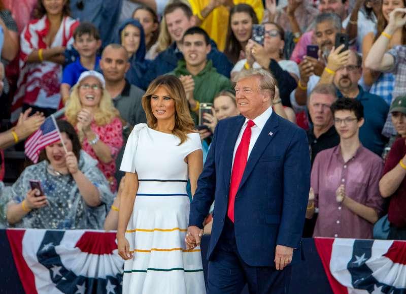 Moderne Schönheit! Beim Empfang der USA-Paralympics-Mannschaft brachte Melania Trump ihre makellose Modelfigur in elegantem schwarzem Anzug und weißem Hemd zur Geltung
