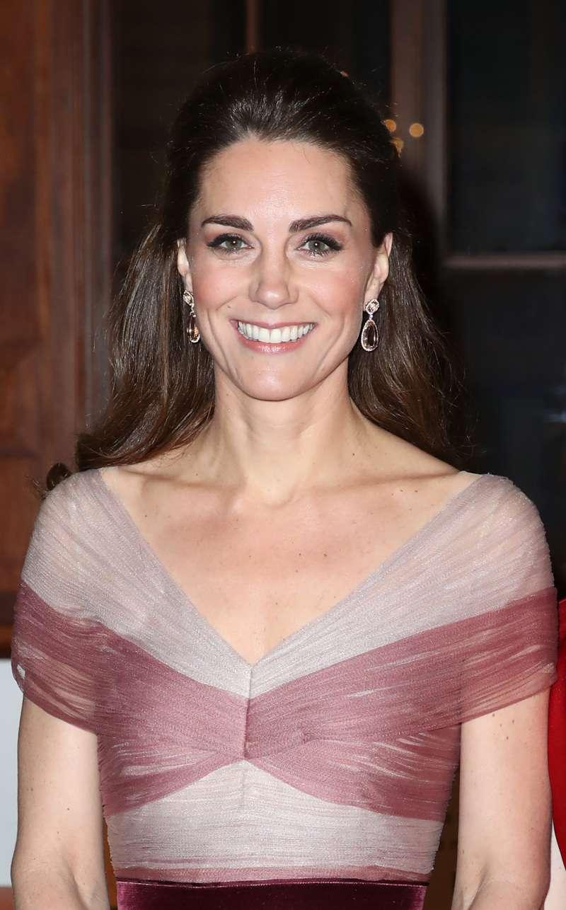Kate Middleton no quiso hacer el ridículo en tacones y usó la baranda de la escalera como una princesa