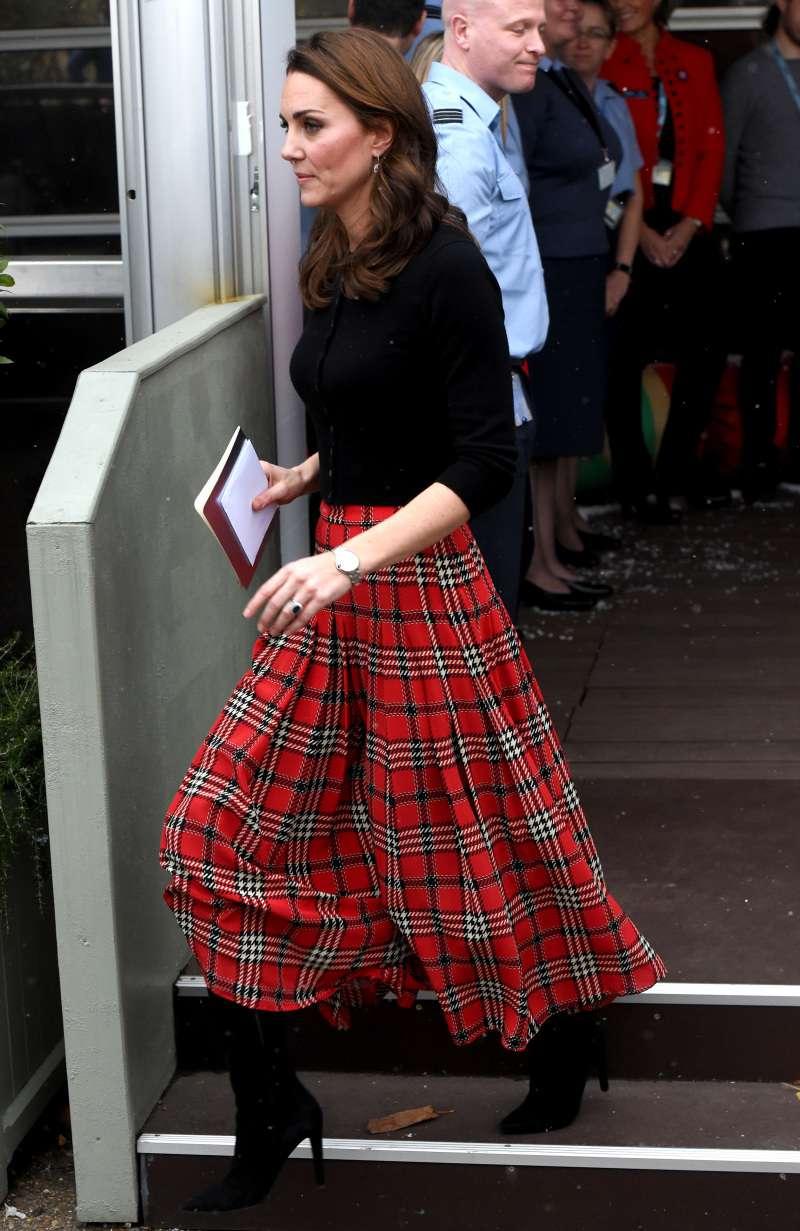 Toujours la même Kate : la duchesse recrée l'un de ses looks d'il y a 10 ans en portant un gilet noir et une jupe écossaise