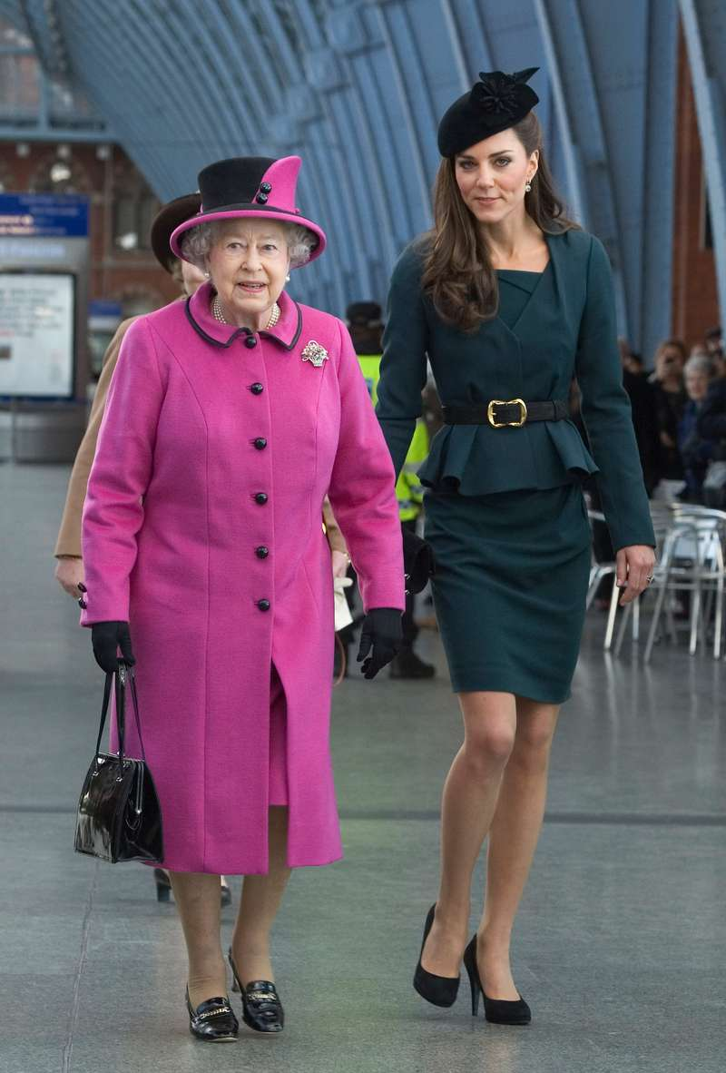 Why does Queen Elizabeth ALWAYS wear bright colours? The