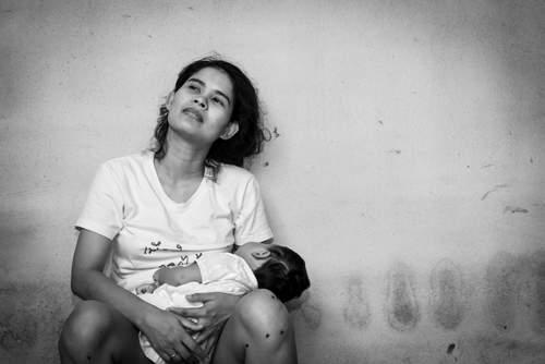 Una donna cerca consigli perché i genitori che l'avevano ripudiata per essere rimasta incinta a 16 anni, dopo 10 anni vogliono riconciliarsi