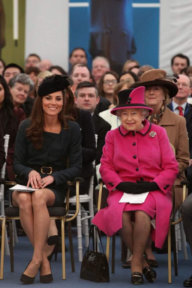 Kate Middleton méconnaissable dans son costume de sorcière pour Halloween avec sa mini jupe noire et sa cape