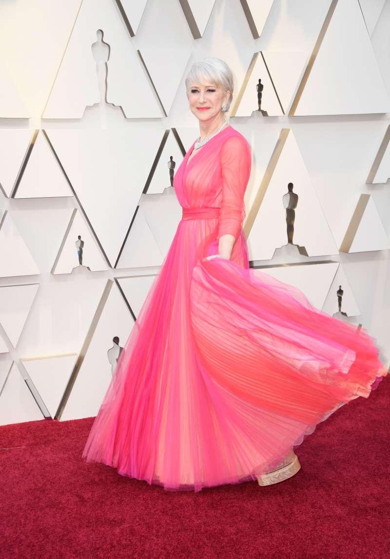 """Olivia Wilde et Helen Mirren vêtues de """"la jupe la plus féministe possible."""" À qui elle va le mieux ?"""