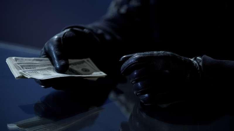 Ladrón se compadece de su víctima y le devuelve a la mujer todo el dinero que le había robadoLadrón se compadece de su víctima y le devuelve a la mujer todo el dinero que le había robadoKidnapper counting money received as ransom