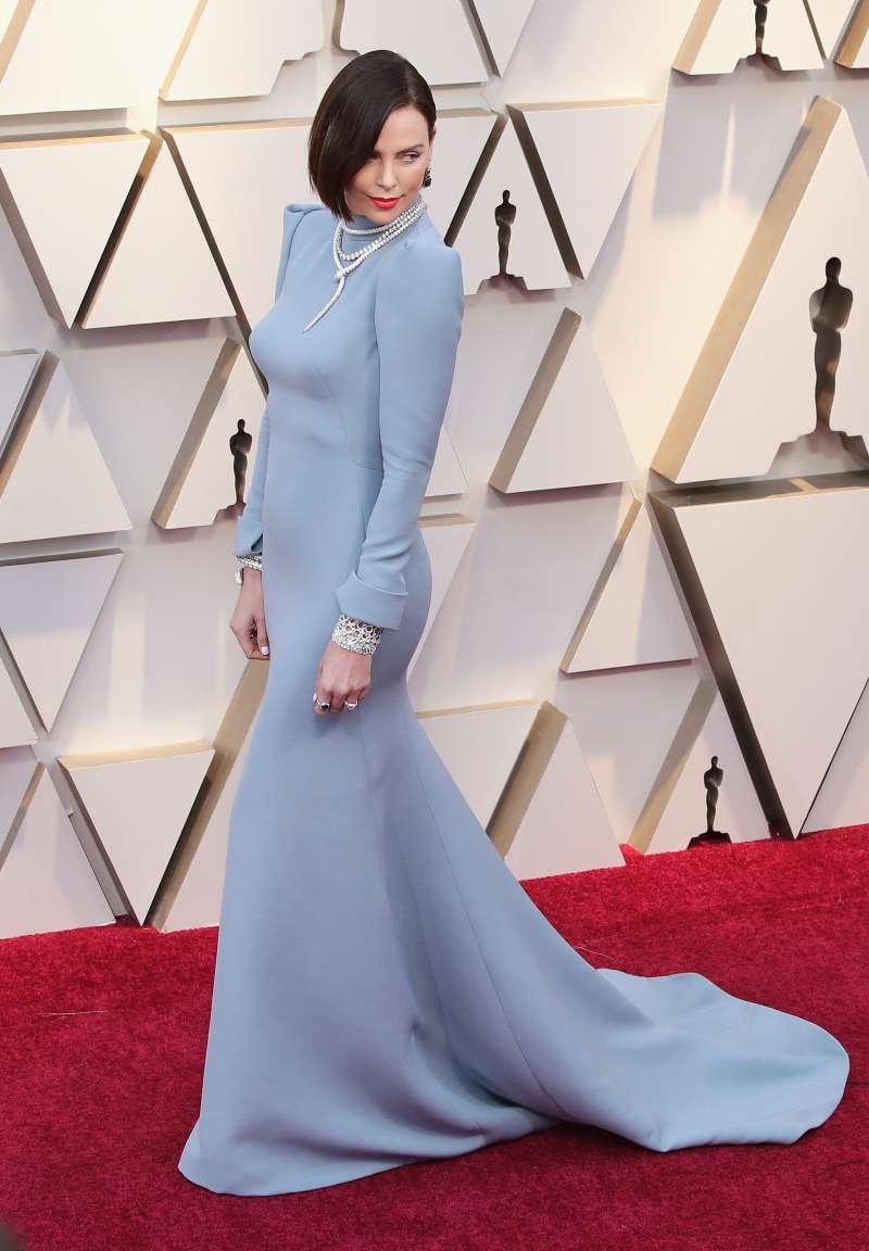 Edler Inhalt, edle Verpackung: J.Lo zieht alle mit blauem Meerjungrauen-Kleid bei der Vanity-Fair Oscar Party in den Bann