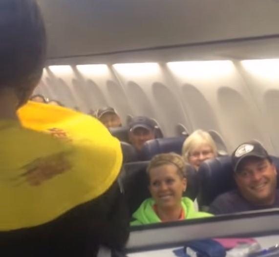 Parecía un vuelo normal, hasta que llegó el momento de las instrucciones de seguridadParecía un vuelo normal, hasta que llegó el momento de las instrucciones de seguridadParecía un vuelo normal, hasta que llegó el momento de las instrucciones de seguridad