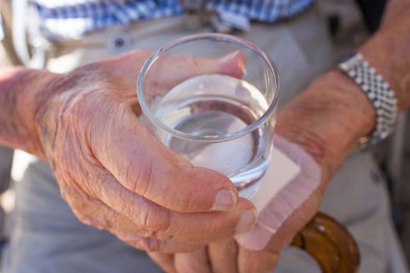 Dementia-Stricken Old Lady Was Constantly Dehydrated As She Forgot To Drink Water, Her Grandson Came Up With A Brilliant Idea