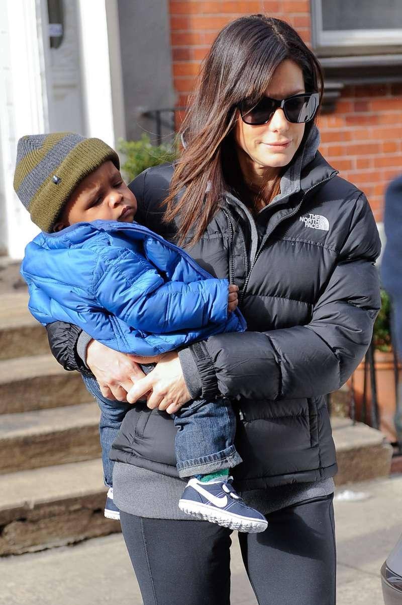 De vokser så hurtigt! Sandra Bullock gør et sjældent udseende med hendes to børn og den smukke Bryan Randall