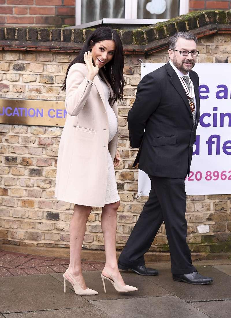 Herzogin Meghan erscheint in einem subtilen cremefarbenen Armani-Mantel, während sie dem Mayhew Besuch abstattet