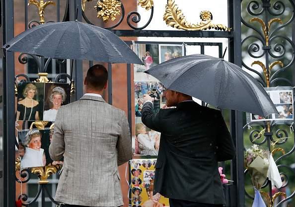 """""""Ricordiamo i bei momenti passati:"""" il toccante e dolce omaggio annuale di Harry e William a Lady Diana"""