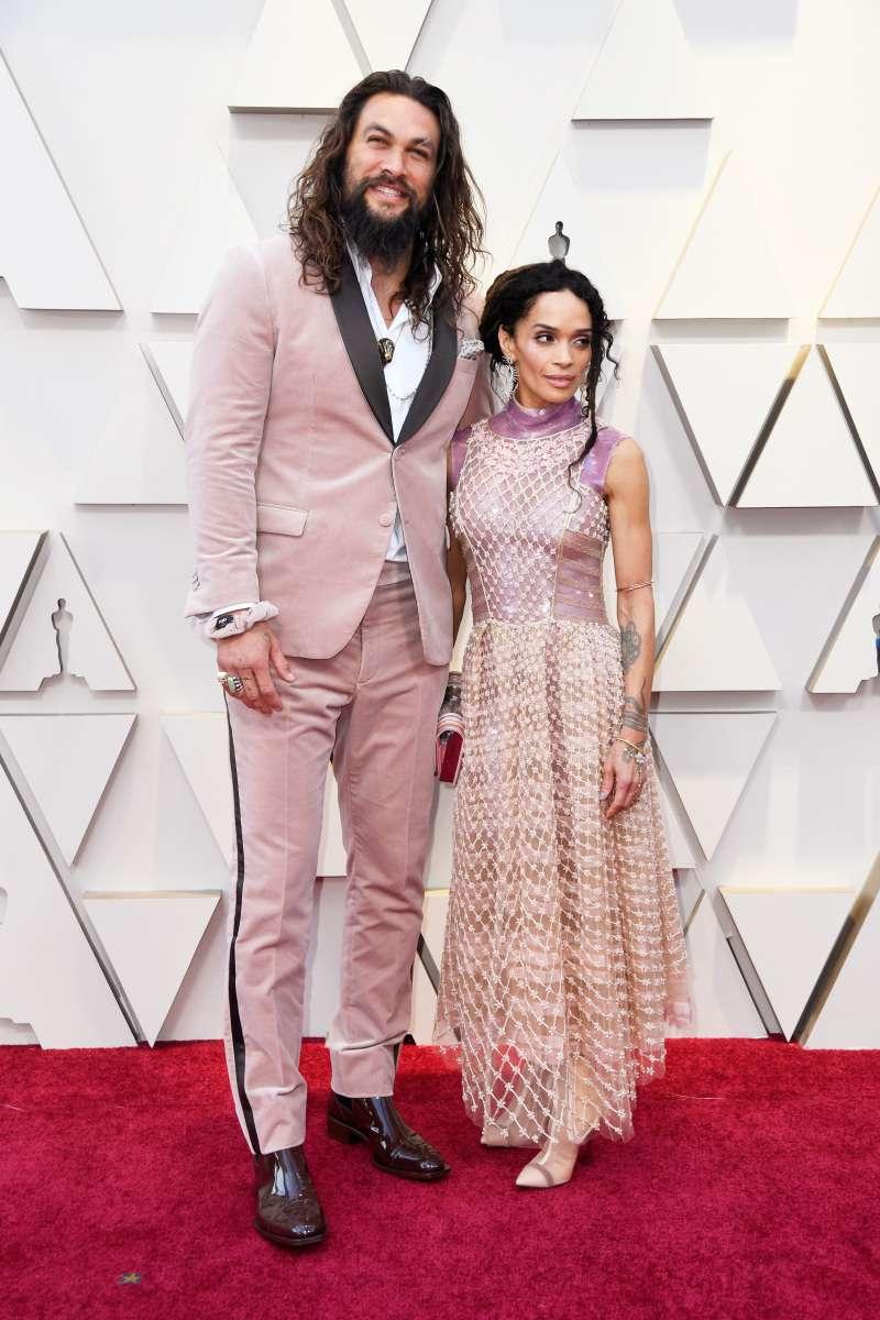 Jason Momoa et Lisa Bonet sont un couple qui fait la paire ! Ils nous éblouissent avec leurs tenues accordées