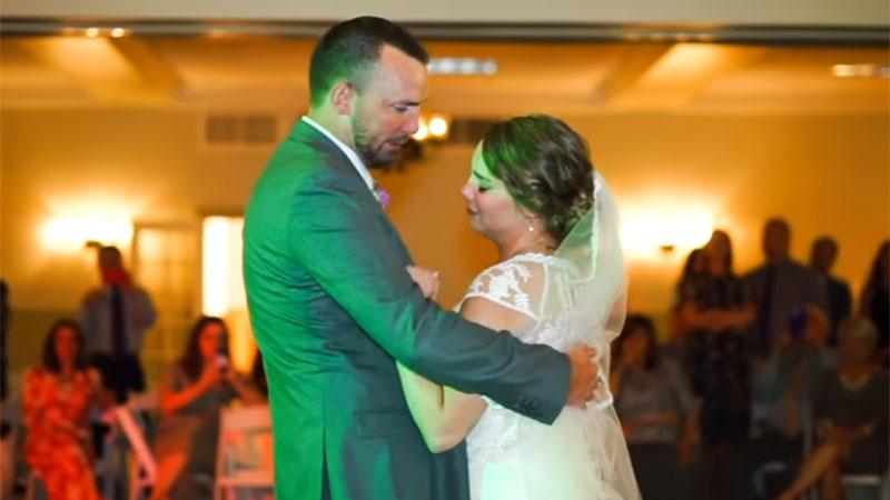 Rührendes Geschenk ihres Bruders ermöglichte es dieser Braut, die Stimme ihres verstorbenen Vaters bei ihrer Hochzeit wieder zu hörendsada