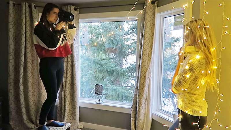Профессиональный фотограф делится секретами, как сделать рождественские портреты в обычной спальне. Результат вас удивит!
