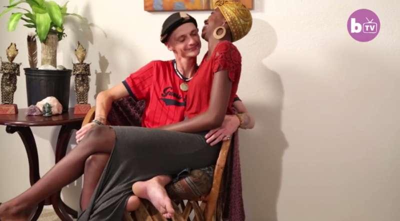 Un homme né sans cuisses a trouvé l'amour chez une jolie femme trente centimètres plus grande que lui