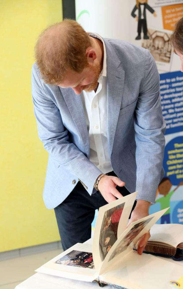 El príncipe Harry se conmovió al ver viejas fotos de su mamá en el mismo hospital que él estaba visitando