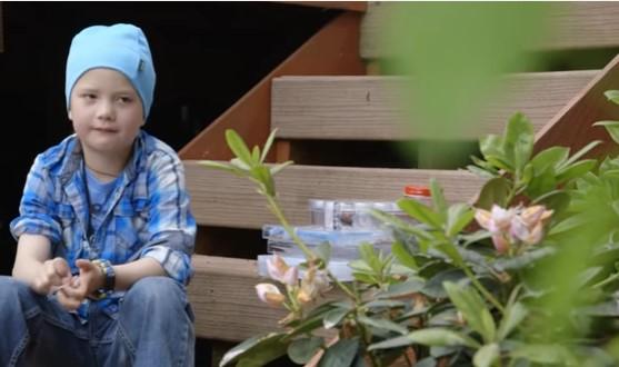 Amitiés particulières : une fillette qui nourrit des corbeaux depuis 4 ans reçoit en retour de bien jolis cadeaux