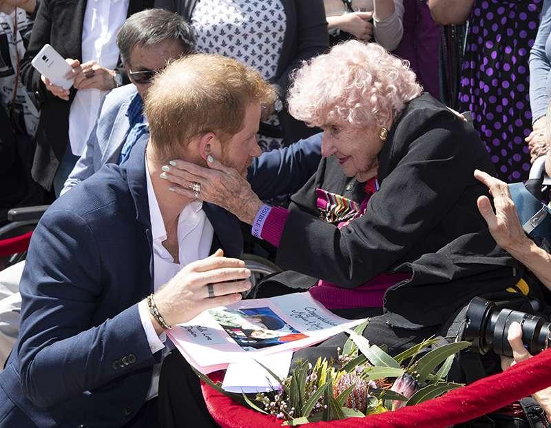 El príncipe Harry se reencuentra con su incondicional admiradora: una señora australiana de 98 añosEl príncipe Harry se reencuentra con su incondicional admiradora: una señora australiana de 98 añosEl príncipe Harry se reencuentra con su incondicional admiradora: una señora australiana de 98 añosEl príncipe Harry se reencuentra con su incondicional admiradora: una señora australiana de 98 años