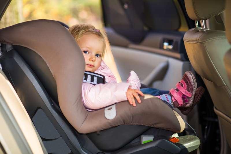 Paura a Bologna, un bambino di un anno resta intrappolato nell'auto della nonna