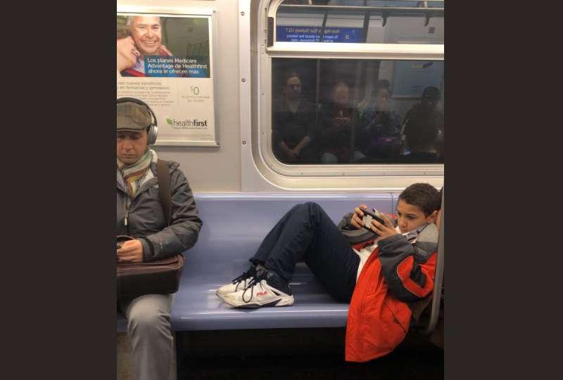 Niño tenía sus pies sobre el asiento del metro hasta que un pasajero le dio una lección inolvidable