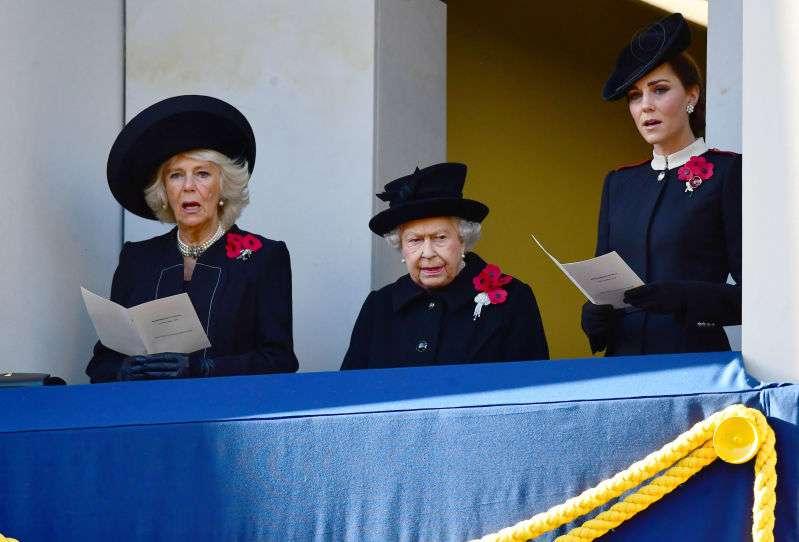 Aíslan a Meghan Markle de la reina Isabel y Kate Middleton durante el acto del Día de RemembranzaAíslan a Meghan Markle de la reina Isabel y Kate Middleton durante el acto del Día de RemembranzaAíslan a Meghan Markle de la reina Isabel y Kate Middleton durante el acto del Día de Remembranzaduchess kate, duchess camilla and the queen on rememberance day