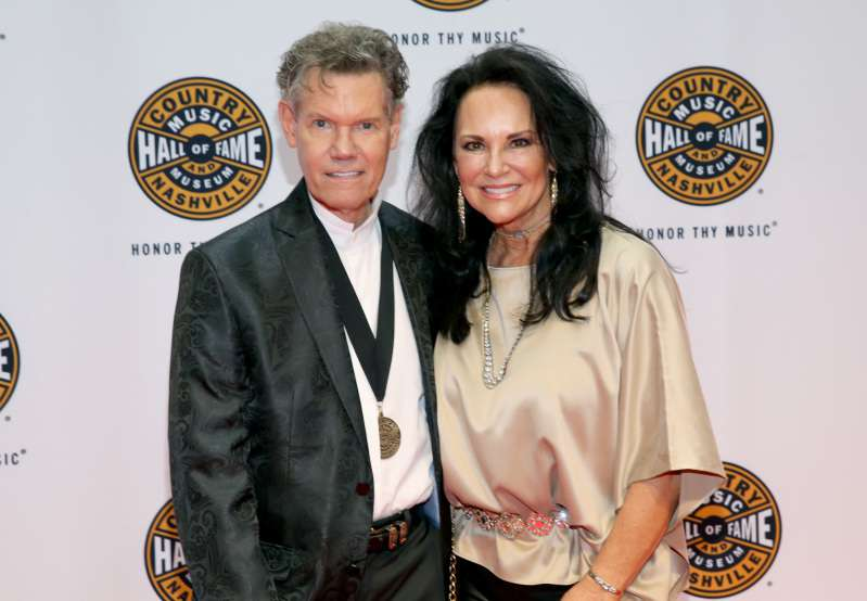 "Randy Travis' Wife Was Told To ""Pull The Plug"" After His Massive Stroke, But She Refused And Turned To Sincere PrayersRandy Travis' Wife Was Told To ""Pull The Plug"" After His Massive Stroke, But She Refused And Turned To Sincere PrayersRandy Travis' Wife Was Told To ""Pull The Plug"" After His Massive Stroke, But She Refused And Turned To Sincere Prayers"