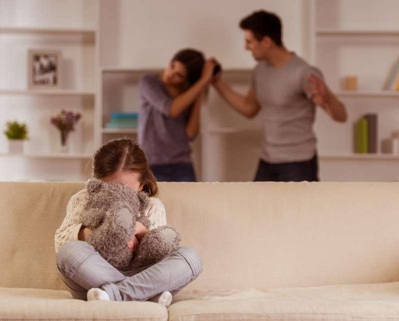 Une fillette de 6 ans sauve sa mère de la violence domestique en disant à son professeur que son papa est méchant