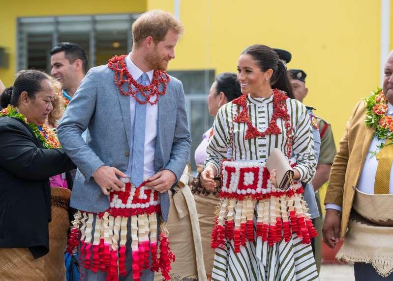 Une duchesse conservatrice ? Pour rencontrer le ministre tongan, Meghan apparait dans une robe étonnamment couverte