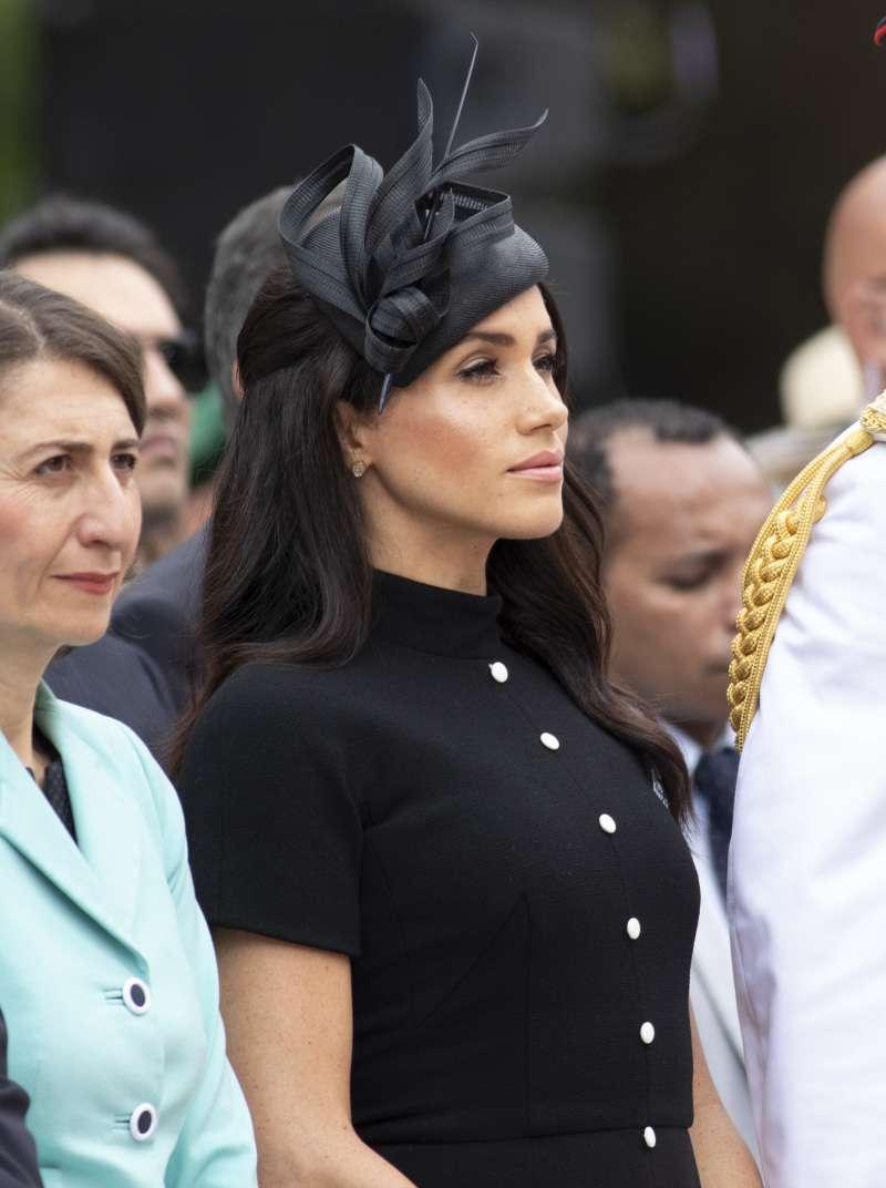 Meghan Markle usa o mesmo modelo de vestido que a ex do príncipe Harry usou meses atrás