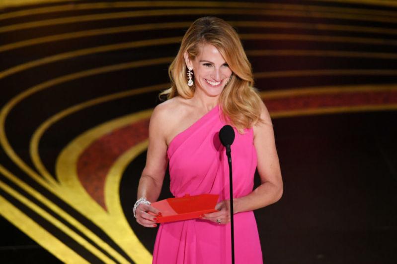 Wow! Julia Roberts lascia tutti a bocca aperta con un abito scollatissimo agli Oscar