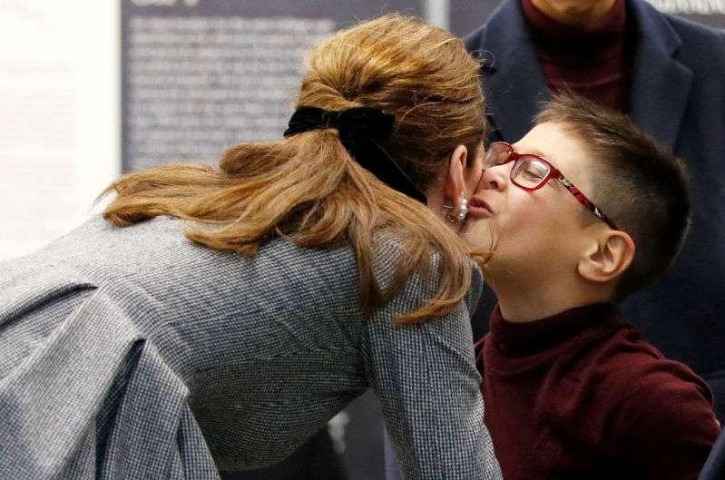 Un baiser pour la duchesse : Kate Middleton enfreint le protocole royal en permettant à un petit garçon de l'embrasser