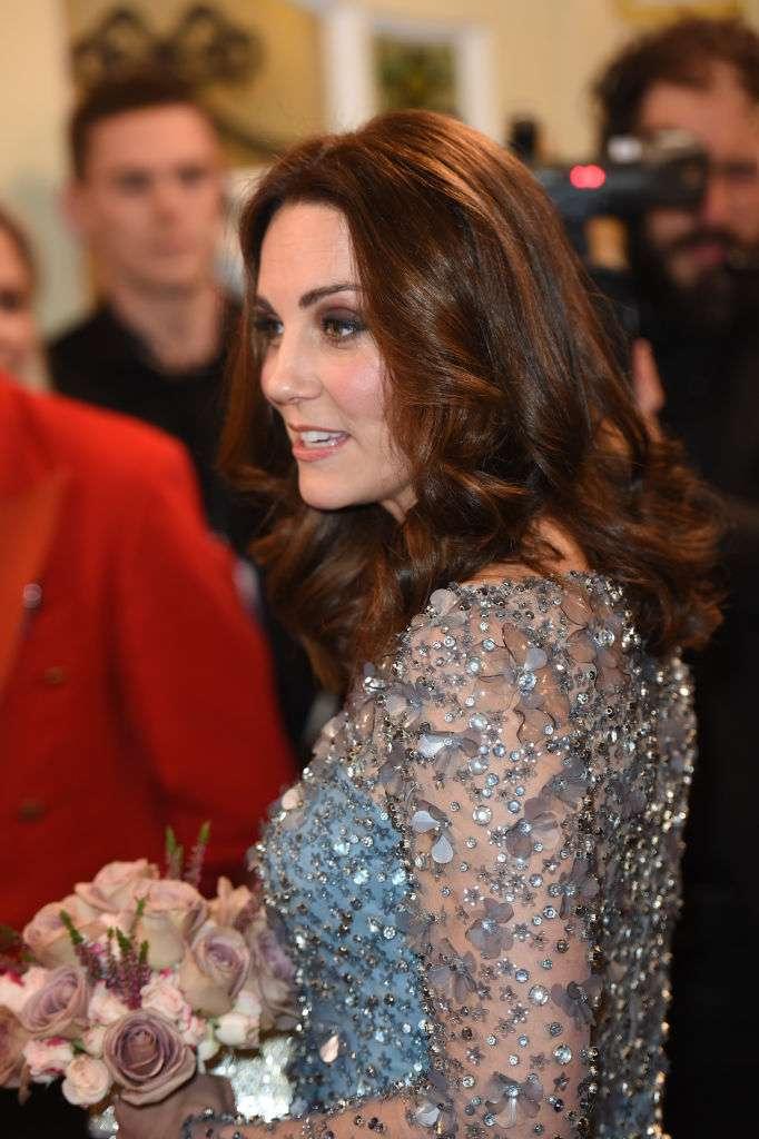 Alors enceinte en 2017, Kate Middleton éblouissante dans sa robe bleu glacé. Mais était-ce sa plus osée des tenues de maternité ?