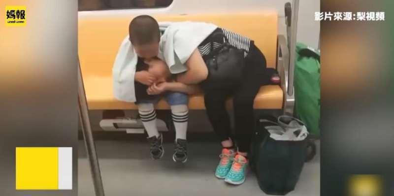 Junge zeigt die reinste Form von Liebe, als er seine müde Mutter im Zug schlafen lässt und sie dabei beschützt