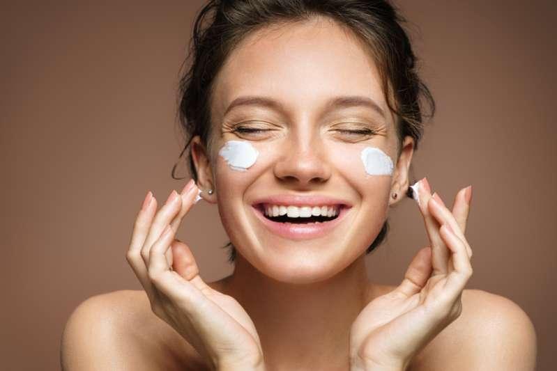 Mujer con hiperpigmentación facial luce irreconocible tras someterse a una sesión de maquillaje