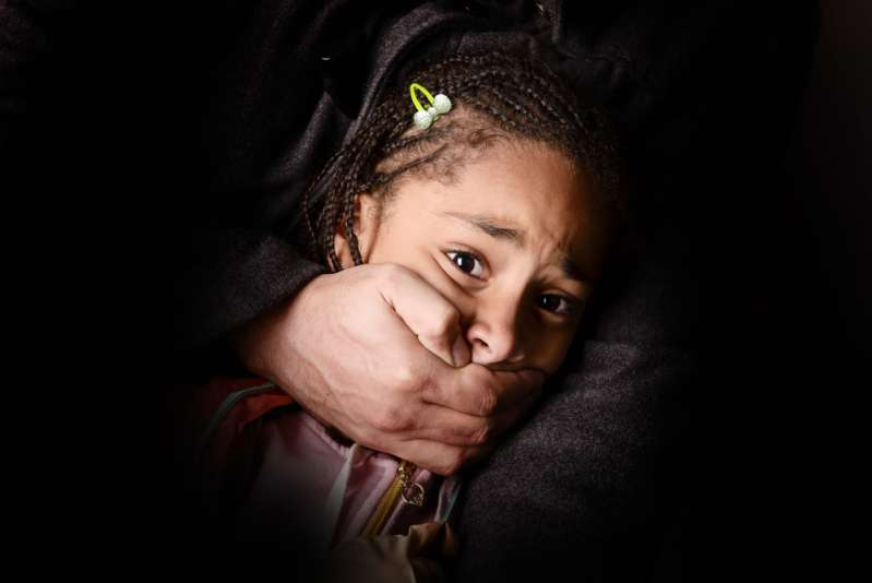 Poliziotto scoppia in lacrime mentre racconta i dettagli sul salvataggio di un minore