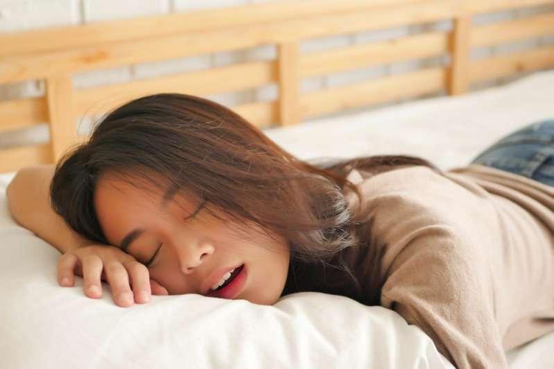 Come smettere di russare? Facili soluzioni per questo fastidioso problema
