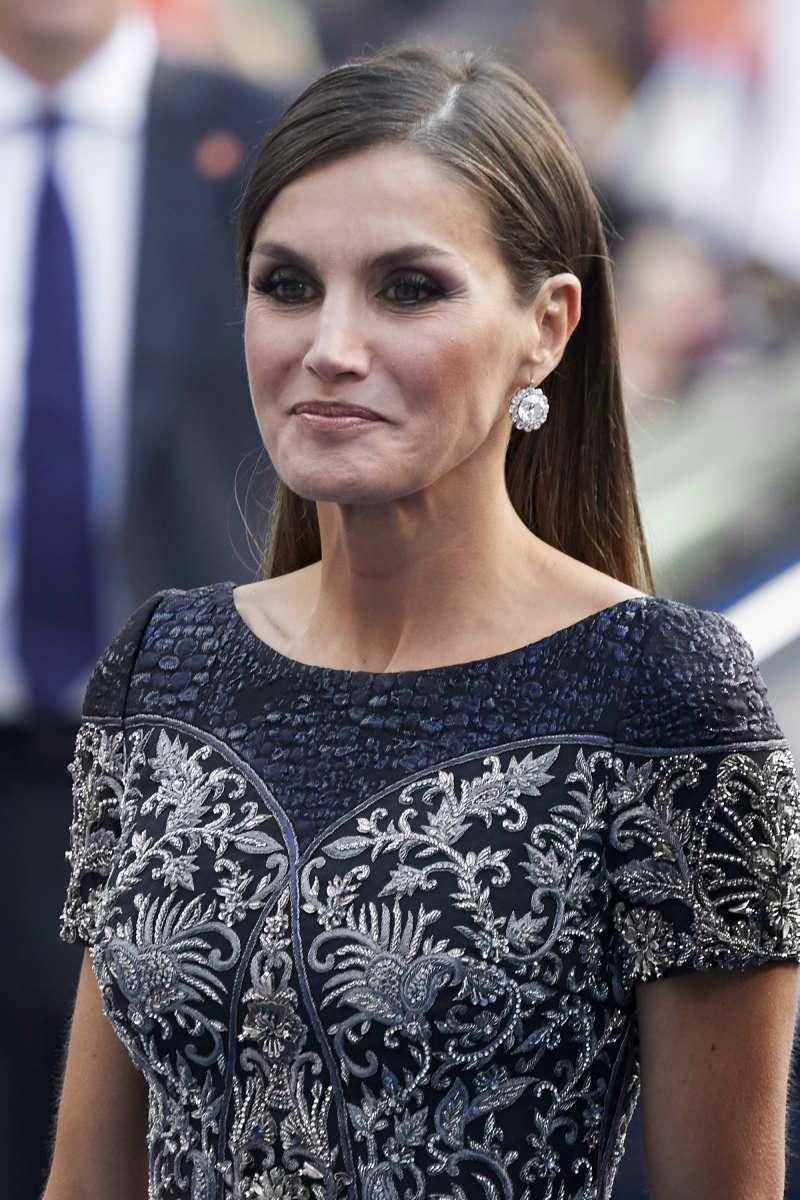Chenue, mais pas ridée : la reine Letizia préfère afficher des cheveux blancs plutôt qu'une peau vieillie