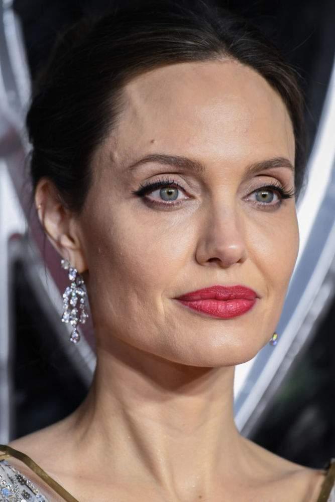 Belleza angelical: Angelina Jolie lució resplandeciente en un vestido plateado en la alfombra roja