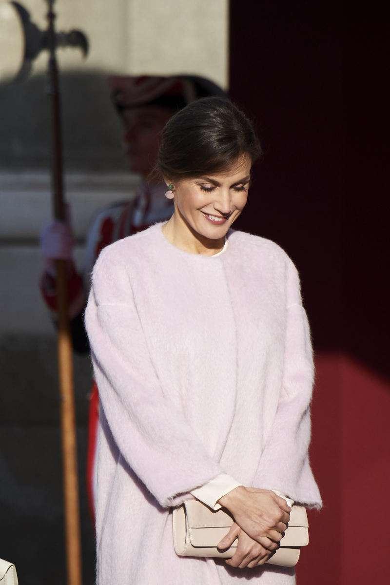 Какое мягкое и пушистое пальто! Королева Испании восхитила нежным образомqueen letizia pink coat