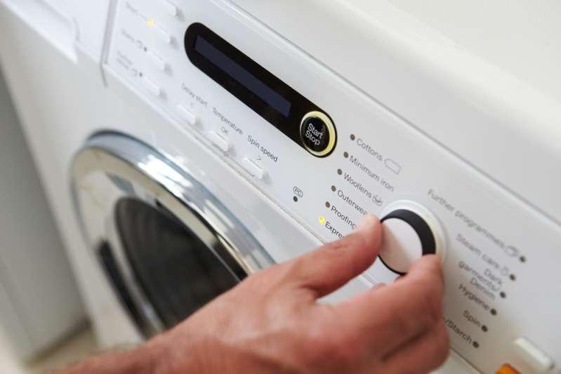 Une boule d'aluminium dans le sèche-linge ? Comment cette astuce peut sauver votre lessive !