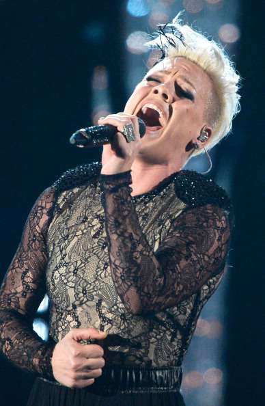 Singer Pink Performed An Emotional Duo With Her Veteran Father, And He Was The One Who Wrote The SongSinger Pink Performed An Emotional Duo With Her Veteran Father, And He Was The One Who Wrote The SongPink